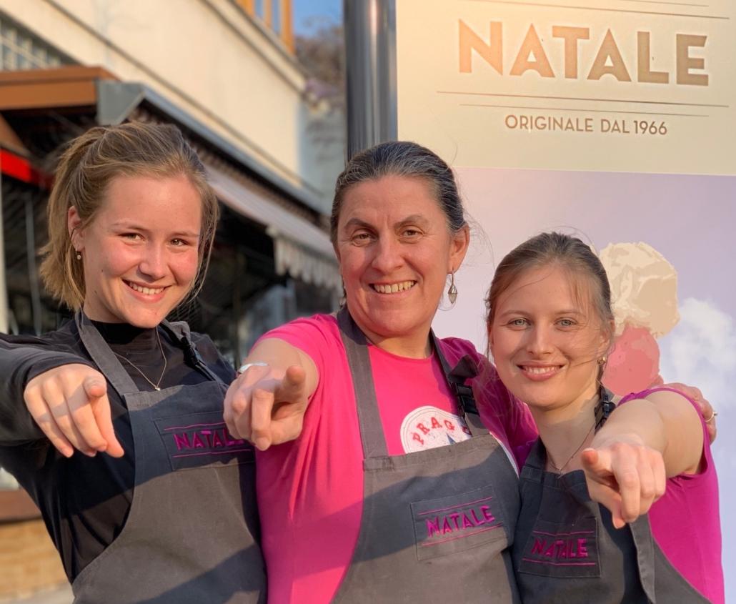 Gerda Fuchs mit zwei Mitarbeiterinnen