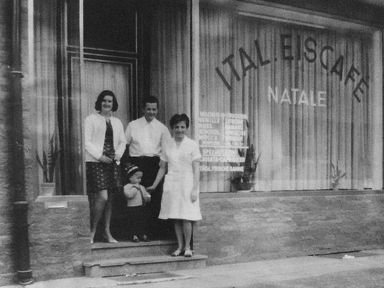 Familie Natale 1969 vor dem Eiscafé Natale